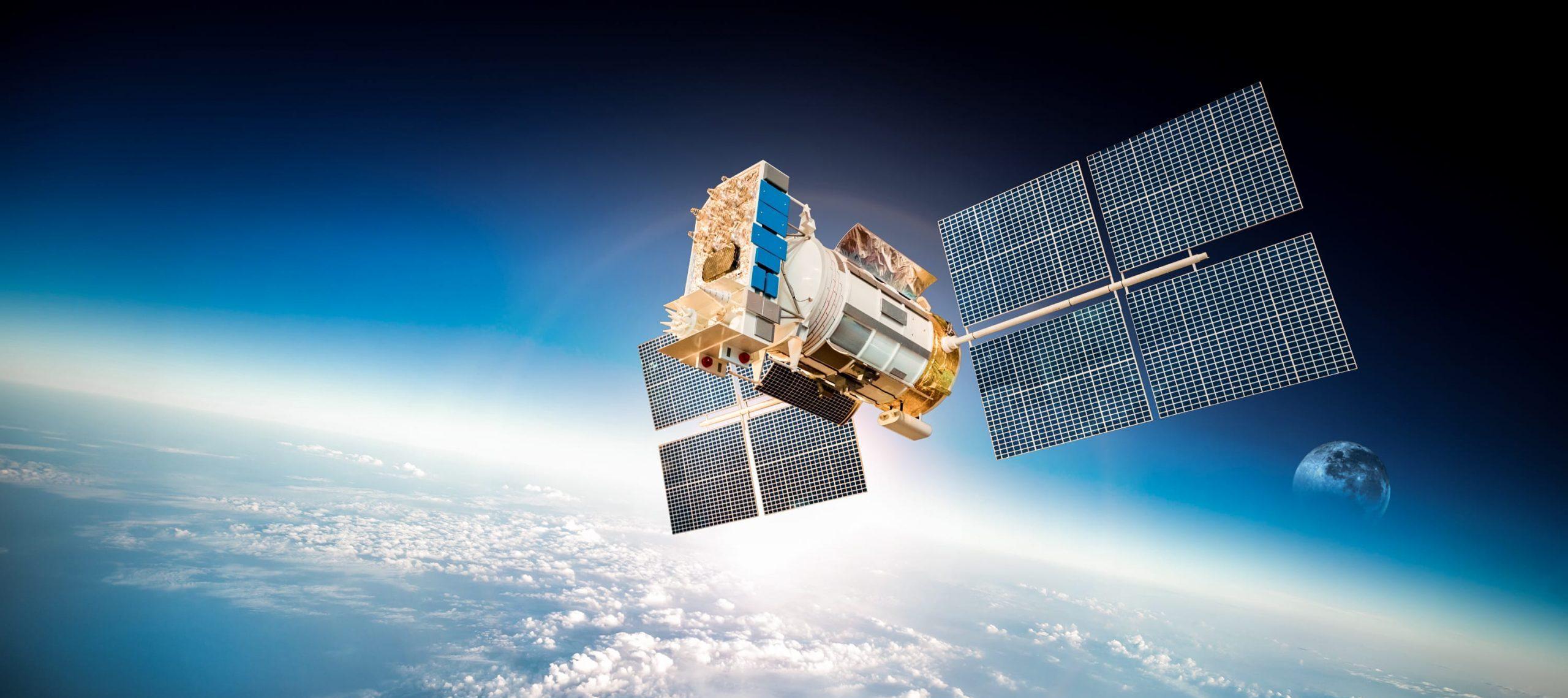 Photo d'un satellite en orbite au dessus de la Terre